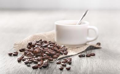 Door stickers Coffee beans grains de café avec une tasse blanche