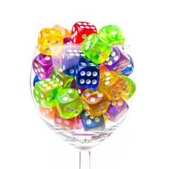 Weinglas mit Spielzeugwürfeln
