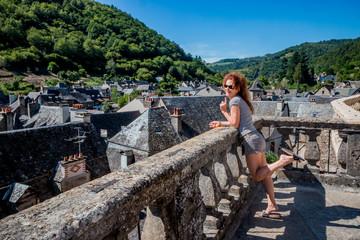 Femme sur la terrasse du château d'Estaing