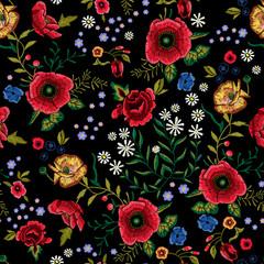 Motif traditionnel sans couture de broderie avec des coquelicots rouges et des roses.