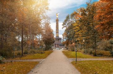 Die Siegessäule in Berlin gesehen vom Tiergarten im Herbst