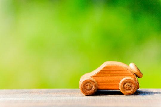 おもちゃの車と緑ボケ背景