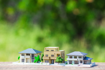 住宅模型と緑ぼかし背景