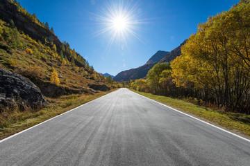 Alpen Landstraße im Herbst