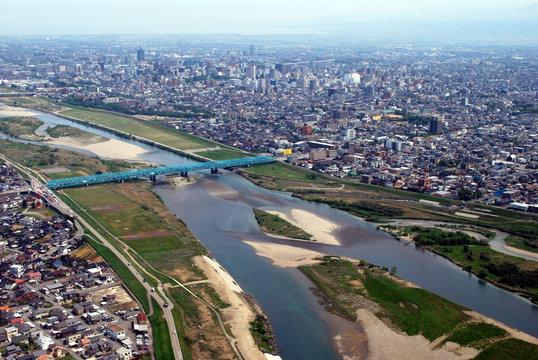 富山市街と神通川