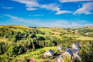 Vue sur la campagne et le village de Laguiole