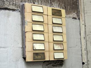 Leerstehendes Haus: Klingelschild ohne Namen