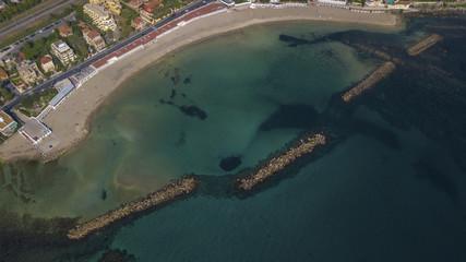 Vista aerea panoramica della spiaggia di Santa Marinella, in provincia di Roma, in Italia. Si tratta di una delle coste più belle della regione Lazio.