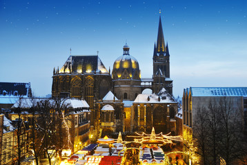 Weihnachtsmarkt in Aachen mit Dom