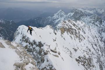 Bergsteiger klettert den Jubiläumsgrat im Winter im Schnee von der Zugspitze zur Alpspitze