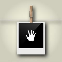 Sofortbild mit Symbol an Wäscheleine - Handfläche