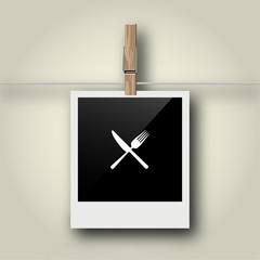 Sofortbild mit Symbol an Wäscheleine - Besteck - gekreuzt