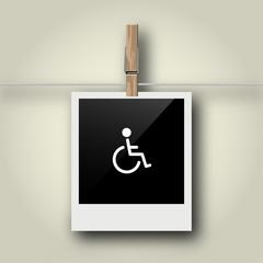 Sofortbild mit Symbol an Wäscheleine - Rollstuhlfahrer
