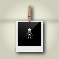 Sofortbild mit Symbol an Wäscheleine - Skelett