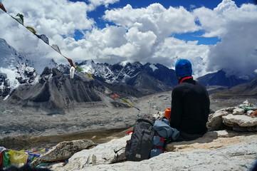 Турист сидит на горе Калапаттхам и смотрит на Эверест