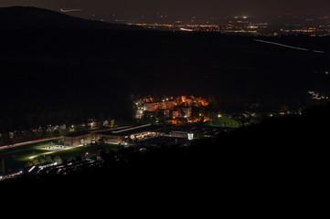 Industriezentrum bei Nacht von oben berndorf Stadt
