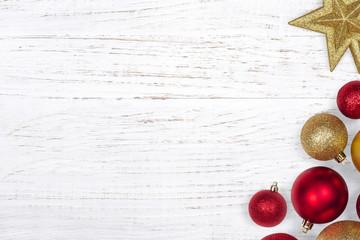 Bolas de navidad con fondo de madera blanco