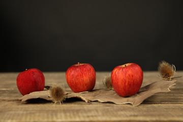 pomme rouge, chardon