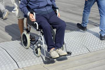 Persona disabile trasportata su una sedia a rotelle