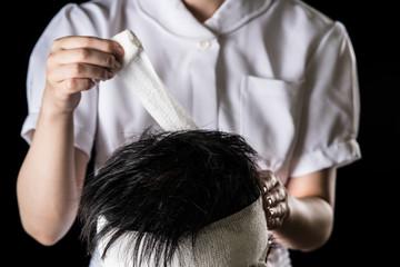 包帯を巻く看護師、頭