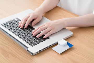 フィンテック、オンライン決済、ノートパソコン、スマートフォン、女性、モバイル決済