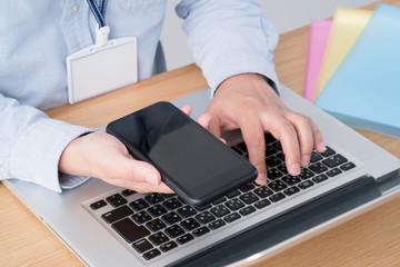 フィンテック、オンライン決済、ノートパソコン、スマートフォン、男性、モバイル決済