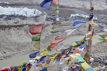 молитвенные флаги Лунгта, на фоне тающего ледника, в Гималаях.