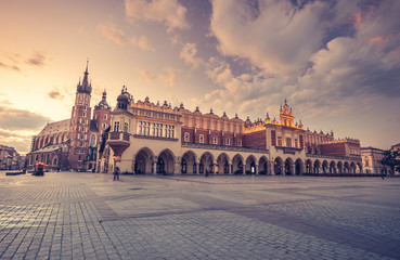 Photo sur Aluminium Cracovie St Mary's church and cloth hall on Main Market Square in Krakow, colorful morning