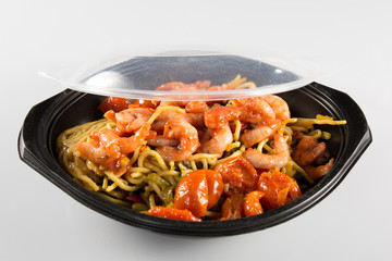 a dish and its plastic lid to take away
