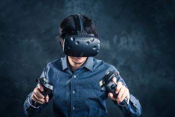 VRゴーグルと男性,バーチャルリアリティ