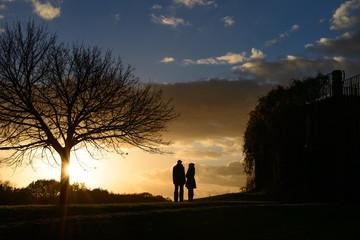 Paar vor untergehender Sonne im Herbst auf dem Braunschweiger Nussberg