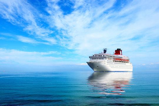 Big cruise liner moord in Mediterranean sea