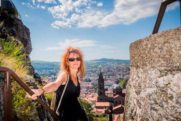 Femme dans les escaliers du Rocher Corneille au Puy-en-Velay