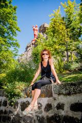 Femme devant la statue Notre-Dame de France sur le rocher Corneille au Puy-en-Velay