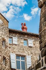 La statue Notre-Dame de France sur le rocher Corneille depuis les rues du Puy-en-Velay