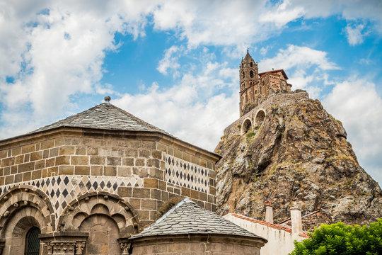 Vue sur la chapelle Saint-Michel d'Aiguilhe et la chapelle Saint-Claire du Puy-en-Velay