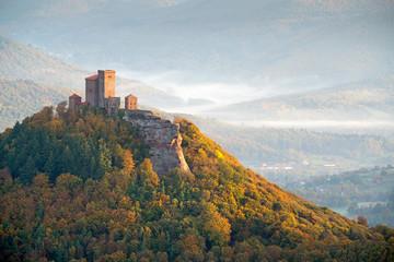 Burg Trifels im Licht der Morgensonne