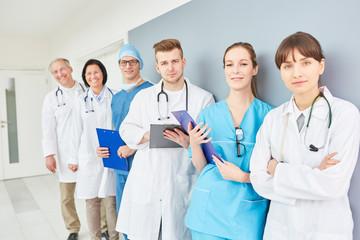 Ärzteteam mit jungen und älteren Medizinern