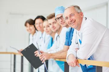 Stolzer Oberarzt mit seinem jungen Team