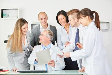 Klinik Ärzte und ihr Chef freuen sich gemeinsam