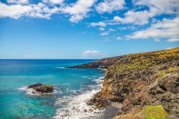 Fototapete - Rocky shore at south coast of Maui, Hawaii