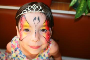 девочка с бабочкой на лице.