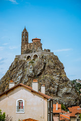 Vue sur la chapelle Saint-Michel d'Aiguilhe du Puy-en-Velay