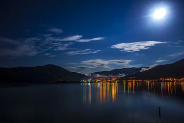 Samsun'da bulutlu bir gece ve göl manzarası