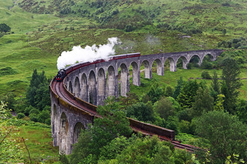 Dampflok auf dem Glenfinnan-Viadukt in Schottland