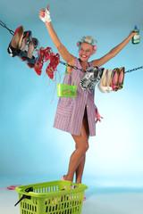 Hausfrau freut sich über gereinigte Schuhe