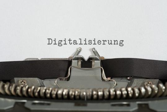 Eine alte Schreibmaschine und das Wort Digitalisierung