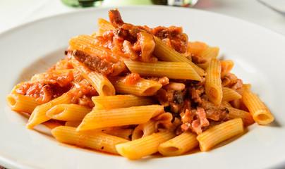 Penne all'amatriciana, ricetta italiana, fuoco selettivo