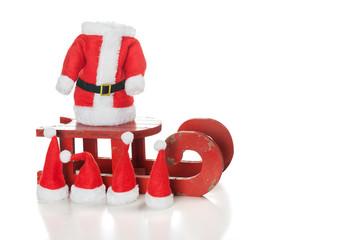 Nikolausmützen auf rotem Holzschlitten