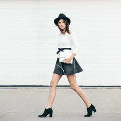 Outfit inspiration - Walking in a skirt and hat